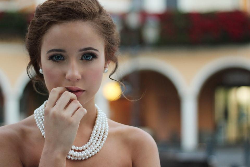 kobieta z biżuterią