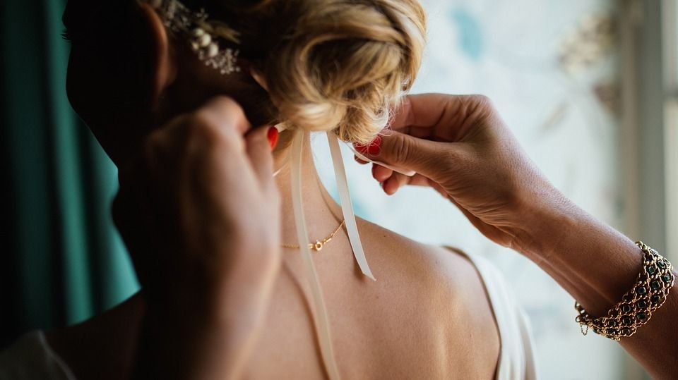 zakładanie złotej biżuterii