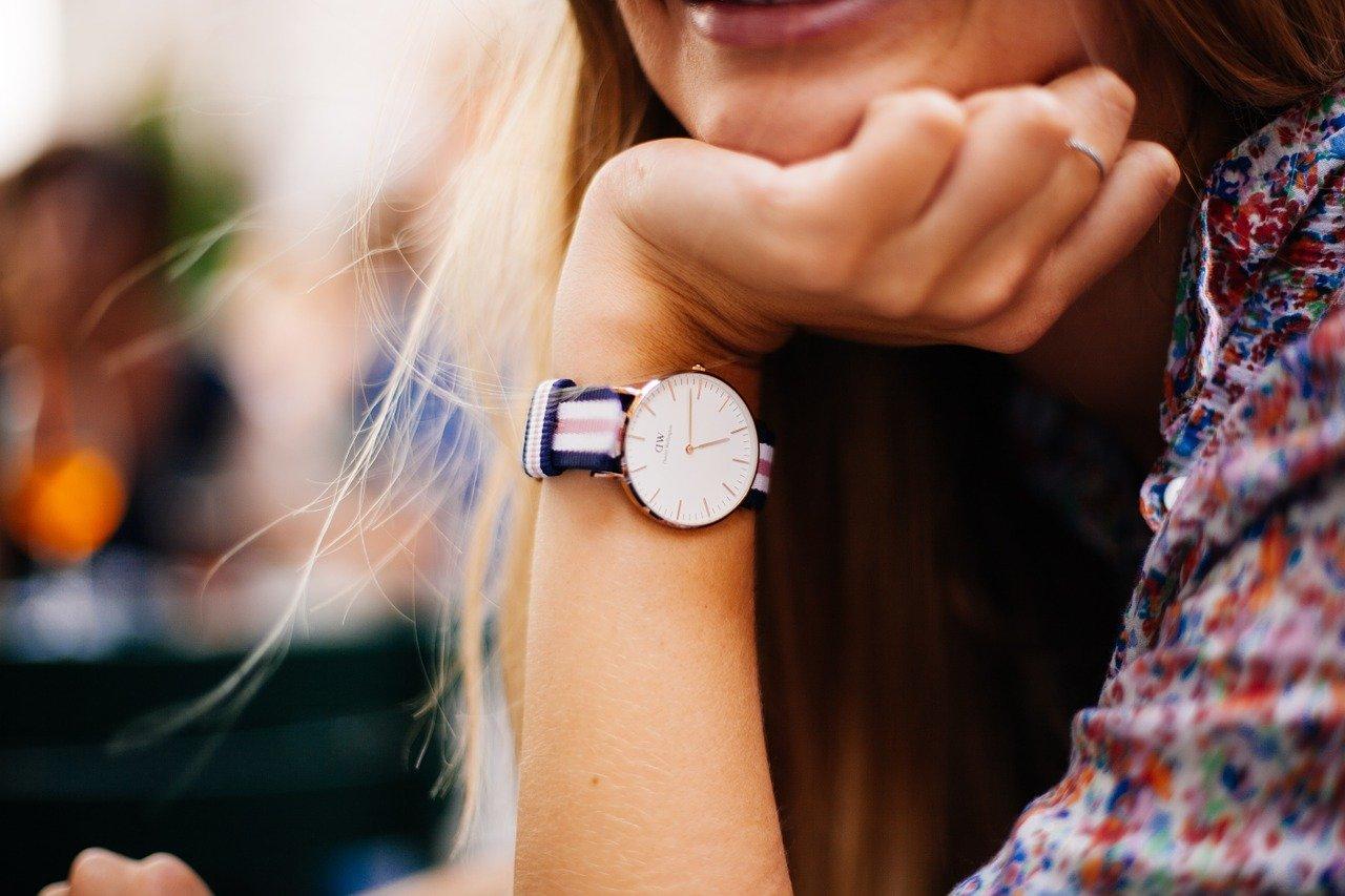 modny zegarek damski na ręku