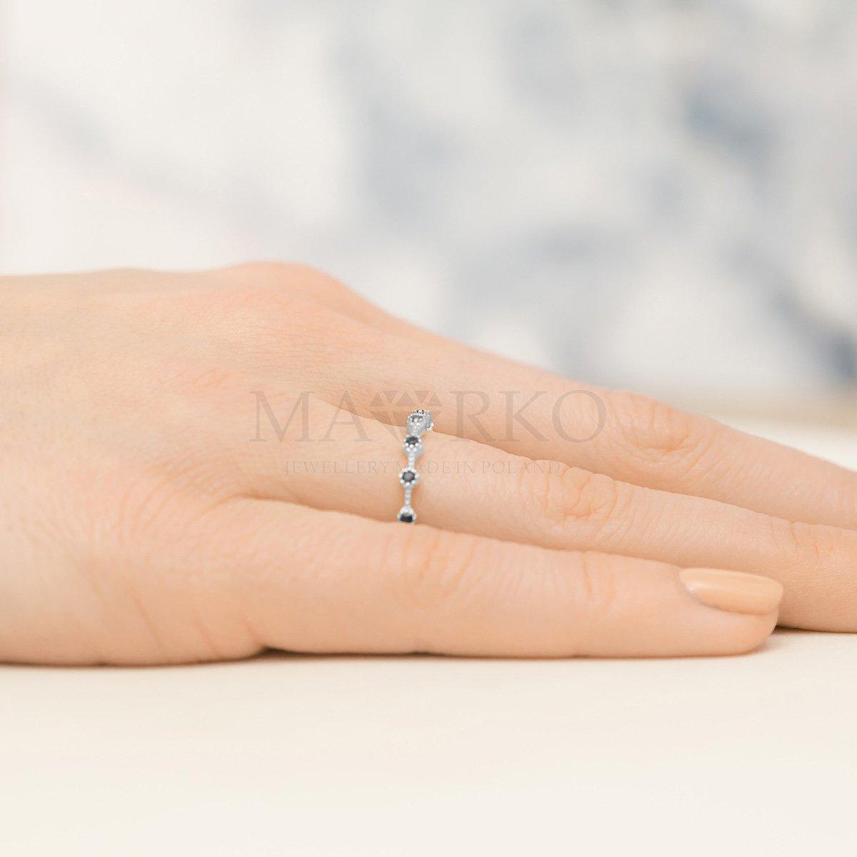 srerbny pierścionek na palcu